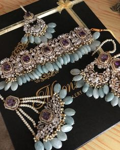 No photo description available. Pakistani Jewelry, Indian Wedding Jewelry, Bridal Jewelry, Antique Jewellery Designs, Jewelry Design, Hyderabadi Jewelry, Bridal Jewellery Inspiration, Indian Jewelry Earrings, Stylish Jewelry