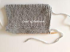 Hæklemors opskrift på retstrikkede babyfutter | Hæklemor Crochet Top, Crochet Hats, Baby Leggings, Baby Knitting Patterns, Drawstring Backpack, Diy Baby, Tricot, Threading, Creative