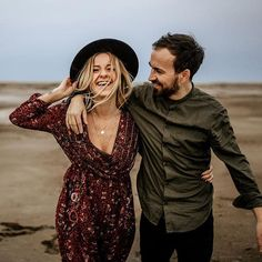 Yesterday we were roaming around the muddy shore with our friends Julia and Gil. Hipster Engagement Photos, Elegant Engagement Photos, Engagement Photo Outfits, Engagement Photo Inspiration, Engagement Pictures, Wedding Engagement, Indie Couple, Couple Outfits, Winter Hipster