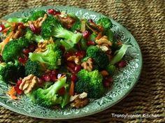 Ce poţi face cu o căpăţână de broccoli, o rodie, un morcov şi o mână de nuci? O salată delicioasă, destul de s...