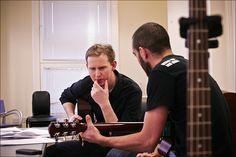 A maior dificuldade apresentada por alguém no momento de começar a tocar violão está, com certeza, no começo do processo. Supere essas dificuldades.