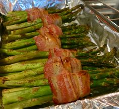 Asparagus Wrapped in Bacon Drizzle with olive oil and sprinkle with black pepper and sea salt. Roast in a 400 oven for 15 mins {turning in between} until browned. If you would prefer, you can grill 5 mins on each side until bacon is cooked and crispy. Asparagus On The Stove, Asparagus Bacon, How To Cook Asparagus, Asparagus Recipe, Bacon Wrapped Asparagus Baked, Bacon Recipes, Veggie Recipes, Cooking Recipes, Lidia's Recipes