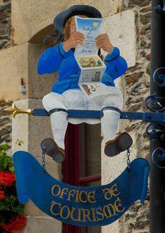 Enseigne de l'Office de Tourisme de Rochefort en Terre, une des plus jolie commune du Morbihan, Bretagne.