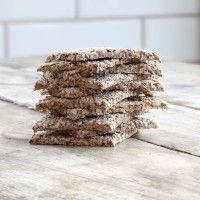 Sprø og tynne knekkebrød som er like gode til kaffen som til frokost og nistepakken. Protein