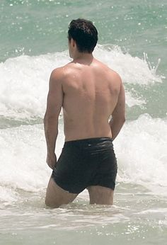 Henry-Cavill-Goes-For-A-Swim-Miami-Beach-Tom-Lorenzo-Site (5)