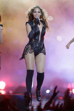 ¿Complejos yo? O cómo las celebrities no esconden sus defectos. Beyoncé  Es la mujer del año (este 2013, también lo ha sido en años anteriores) y toda una máquina de hacer dinero. Además de tener una inmejorable estrategia de márketing, la cantante también cuenta con un físico espectacular que la ha ayudado a triunfar. ¿Un cuerpo perfecto? Sus piernas no son precisamente delgadas y de hecho le cuesta mucho mantenerlas en forma. ¿Estás acomplejada porque tienes las piernas gruesas?