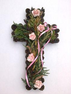 Dušičkový kříž 10 Kříž je vyrobena z přírodních materiálů plus pěnové růžičky.  Rozměr: 55x32