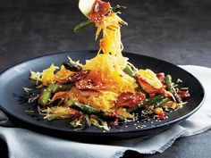 Get more veggies in your diet: try a spaghetti squash sauté with asparagus and shiitake mushrooms. How To Cook Asparagus, Asparagus Recipe, Vegetarian Recipes, Cooking Recipes, Healthy Recipes, Oven Cooking, Entree Recipes, Oven Recipes, Simple
