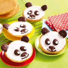 Kleingebäck mit Zitronenglasur und einem Pandagesicht verziert.