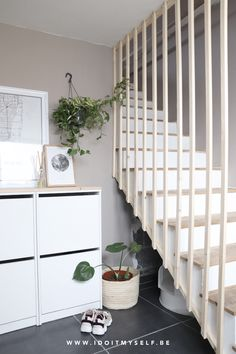 DIY - Un claustra pour mon entrée - I do it myself Stairs In Living Room, House Stairs, Modern Staircase, Staircase Design, Interior Stairs, Home Interior Design, Decoration Entree, Glass Stairs, Open Plan Kitchen Living Room