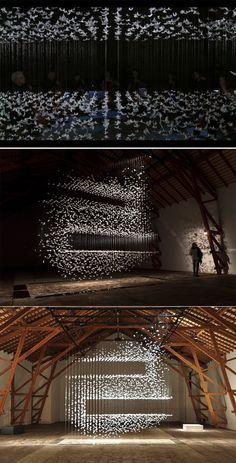 INSTALLATION / SCULPTURE : Légèreté de l'oeuvre Isa Barbier, artiste française, collecte ou plus précisément « cueille » ce qui est tombé à terre : feuilles, plumes, aiguilles de pin… Elle surprend le spectateur là ou il s'y attend le moins. Elle arrive à faire exister en un lieu ce qui n'a pas lieu d'être.