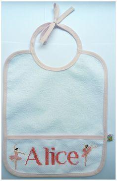 Babetes personalizados feitos à mão, em ponto cruz. Nome e cores personalizáveis.  Parte de trás plastificada.  Feito por encomenda. Pode ser feito com qualquer nome e cores personalizadas.