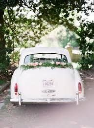 Style Meets Southern Charm für dieses Fashion + Floral Filled Bridal Shoot Style Meets Southern Charm for this Fashion + Floral Filled Bridal Shoot Blumenschmuck Hochzeitsauto. Bridal Car, Bridal Shoot, Bridal Suite, Wedding Getaway Car, Wedding Cars, Wedding Ideas, Moda Floral, Just Married Car, Wedding Car Decorations