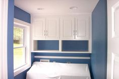 Custom Laundry Room Cabinets - Home Design and Decor Ideas Laundry Room Colors, Blue Laundry Rooms, Modern Laundry Rooms, Laundry Room Layouts, Laundry Decor, Laundry Room Design, Laundry Cupboard, Laundry Room Cabinets, Laundry Room Storage