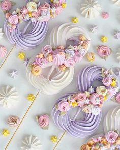 Este posibil ca imaginea să conţină: mâncare Meringue Pavlova, Meringue Desserts, Meringue Cookies, Cake Cookies, Sugar Cookies, Meringue Kisses, Pretty Cakes, Beautiful Cakes, Amazing Cakes