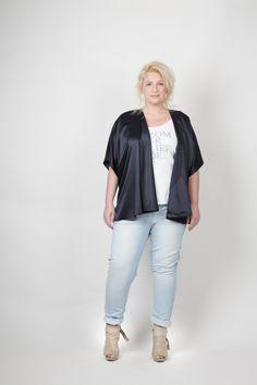Dyanne+ losvallende blazer over trendy t-shirt met print en stoere light faded jeans Plus Size dames kleding