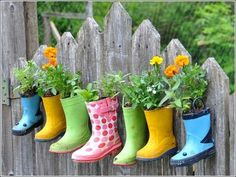 10 DIY Garden Ideas This is a cute way to reuse rain boots. It would be real special if you found the boots in a yard sale. The post 10 DIY Garden Ideas appeared first on Garten. Diy Planters, Garden Planters, Planter Ideas, Hanging Planters, Herb Garden, Diy Hanging, Garden Gate, Garden Fences, Easy Garden