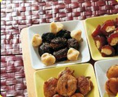 Frutta secca ripiena.   Ingredienti: per 8 persone          amaretti morbidi g 150         zucchero a velo g 120         crema alla nocciola g 80         scorz...