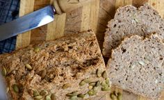 Vollkorn-Dinkelbrot mit Walnüssen und Kürbiskernen. Dinkel ist ein hochwertiges und sehr leicht verdauliches Getreide. Es zählt zu den guten Säurebildnern und kann somit hervorragend in eine basenüberschüssige Ernährung integriert werden.
