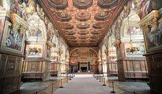 Fontainebleau Salle de Bal Salle des festins et des Fêtes construite sous François I° achevée sous Henri II par Philibert Delorme (1530-1610) A gauche la Cour Ovale à droite le Grand Parterre