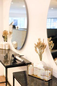 Isot ja pyöreät valopeili-Halot toimivat hyvin Kauneusstudio For You:n toimipisteessä! #halo #peili #valopeili #liiketila #studio #moderni #helatukku Mirror Table, Decor, Vase, Furniture, Table, Home, Mirror, Home Decor