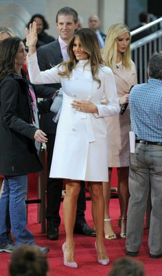 First Lady Melania Trump what a beauty she is Malania Trump Style, Ivanka Trump Style, Office Fashion Women, Work Fashion, Fashion Outfits, Merian, Business Casual Dresses, First Lady Melania Trump, Ideias Fashion
