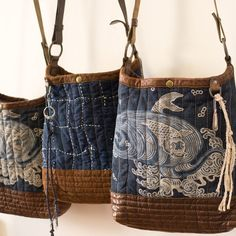 Indigo buckets with quilted suede base, Japanese sashiko st Handmade Purses, Craft Bags, Denim Bag, Quilted Bag, Fabric Bags, Beautiful Bags, Bag Making, Purses And Bags, Reusable Tote Bags