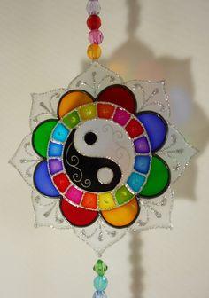 Mandala vitral para pendurar Cd Crafts, Resin Crafts, Resin Art, Diy And Crafts, Mandala Art, Mandala Design, Chakra Painting, Cd Art, Craft Kits For Kids