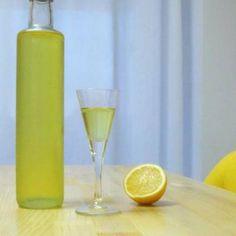 Limoncello: αρωματικό, δροσερό λικέρ λεμονιού το οποίο πίνεται ελαφρά παγωμένο τις ζεστές μέρες