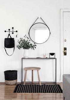 Estilo Escandinavo: Chega de Clichê • Quer usar um espelho para criar aquele efeito UAU na sua decoração? Esqueça o batido Adnet e opte por um modelo redondo gigante. Vem ver como. #estiloescandinavo