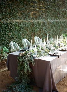 #Mesa alargada para un banquete de #boda en blanco y negro, en #Innovias nos ha gustado para las novias @innovias más #chic y #naturales. Photography: http://loveisabird.com/