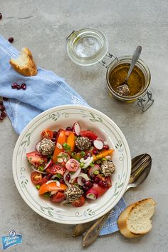 Tomato and labneh salad/Sałatka z pomidorów i labneh