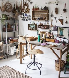 Workspacie Inspo and Image Regram thanks to Betina based in the UK. It's Workspacie Wednesday where we feature amazing workspaces kindly tagged to us via Today we feature the incredible workspace studio of Macrame Maker & Creative Betina Art Studio Room, Art Studio Design, Art Studio At Home, Home Art, Studio Spaces, Rangement Art, Art Studio Organization, Art Studio Storage, Art Supplies Storage