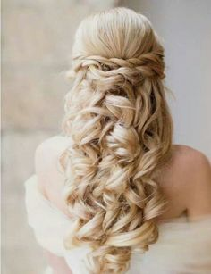 Si tienes el pelo largo, podrás ir a tu boda luciendo tu larga melena en la mejor forma que más te guste, porque las melenas largas siguen siendo tendencia aunque reine el pelo corto. Y la verdad es una, que si te gusta el pelo largo y te favorece, pues …