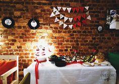 Wieczór panieński w klimatach rockabilly - połączenia kobiecych lat '50, stylu pin-up i rock'n'rolla. Bufet - wiśniowo-czekoladowy tort z i czekoladowe babeczki z owocami  oraz różne wegetariańskie przekąski. Na ścianach dekoracje z płyt winylowych z grafikami. / '50, pin-up, rock, rockabilly, party, Bachelorette party, girls, night, ideas, decoration, red, black, blue, stars, buffet, sweet, chocolate, cake, cupckakes, vege, food, vinyl, records, decorations, ideas, polka dots, ribbon…