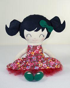 Boneca de Pano Brinca e Sonha. Produzida artesanalmente. Aproximadamente 48 cm de altura.    Detalhes do rostinho bordados à mão.    Tecidos que compõem a boneca: algodão, feltro e tule.    Enchimento em fibra antialérgica.