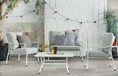 KARWEI | Houd de basis van de zithoek in je tuin rustig en kies voor accessoires in accentkleuren. #karwei #tuin #tuinmeubels