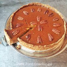 """Deze traditionele Pompoentaart hoeven we gelukkig niet alleen met """"thanksgiving"""" te eten, het hele pompoenseizoen is het een heerlijk voedzaam taartje."""