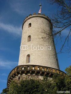 Der Burgturm der Sparrenburg vor blauem Himmel in Bielefeld im Teutoburger Wald in Ostwestfalen-Lippe