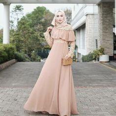 Slide for more ✨ . Zahra Dress Mc Harga : Bahan : Moscrepe mix brukat Ukuran : Allsize Fit L . Eid Outfits, Pakistani Outfits, Dress Outfits, Hijab Evening Dress, Hijab Dress Party, Muslim Fashion, Hijab Fashion, Fashion Dresses, Fashion Styles