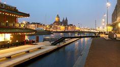 In het Amsterdamse Oosterdok ligt sinds kort een drijvende wandelsteiger van 150meter. Over een klein halfjaar zal het hele project Jetty Oosterdok klaar zijn, dan is de steiger verdubbeld in lengte. We ontwierpen de door De Boer & De Groot civiele werken gerealiseerde jetty met toegangsbruggen en zitmeubilair als verlengstuk van de openbare ruimte. Bekijk …