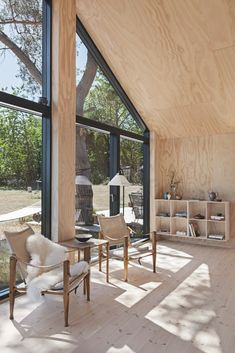 Inspirational points that we adore! Wood Architecture, Sustainable Architecture, Cabin Interiors, Wood Interiors, Modern Cabin Interior, Modern Cabins, Rue Verte, Bungalow, Plywood Interior