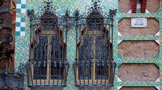 La Casa Vicens, una de las primeras obras de Gaudí que, destacando por la característica moda orientalizante de la época, se ubica en el tranquilo barrio de Gràcia.