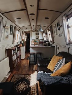 Is it really possible to live on a houseboat? Tiny Living, Living Spaces, Canal Boat Interior, Narrowboat Interiors, Houseboat Living, Interior Exterior, Barge Interior, Interior Design, Boat Stuff