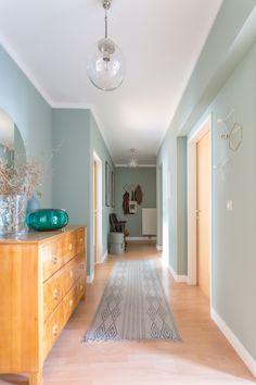Le vert de gris.  Tendance couleur. Une couleur douce pour le printemps. Un couloir en vert de gris, c'est très lumineux.