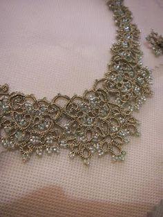 Les bijoux de la styliste Lorina Balteanu appellent la soie, la poudre de riz, les jumelles de théâtre, mais peuvent également être mix...