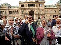 Members of Argentinas Mothers of Plaza de Mayo human rights group stage a protest in Buenos Aires, April 1995 BBC News