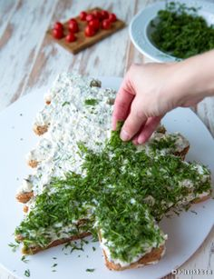 Pikkujoulupöydässä suolaiset tarjottavat maistuvat glögin rinnalla ja kalakakku on taattu suosikki. Joulun kunniaksi leipäpalat voi asetella joulukuuseksi. Vinkit: Jos haluat kakulle lisää korkeutta ja riittoisuutta, tee päälle vielä yksi leipäkerros. Kuorruta se tuorejuustolla. Voit käyttää savusiian tilalla myös lämminsavustettua lohta. Gluteenittoman voileipäkakun voi tehdä gluteenittomista rouheleivistä. Katso täältä gluteenittomien viipaleleipien vertailu. Savusiikakakku 15 hengelle… Sandwich Loaf, No Salt Recipes, Xmas Crafts, Dessert Recipes, Desserts, Palak Paneer, Yummy Cakes, Sandwiches, Goodies