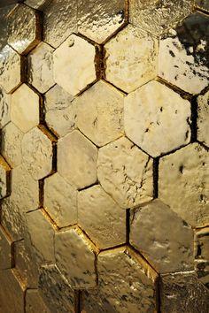 Brighten a windowless bathroom 3d Interior Design, Gold Interior, Interior Decorating, Bathroom Floor Tiles, Wall And Floor Tiles, 3d Wandplatten, Wall Design, House Design, 3d Design