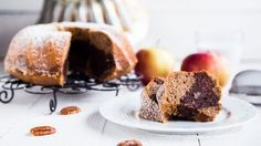 Vláčná jablková bábovka spekanovými ořechy ovoněná skořicí – nezní tato kombinace skvěle? Tak přesně takovou si můžete doma připravit i vy! Je velmi jednoduchá na přípravu, ale zato velmi bohatá na chuť!